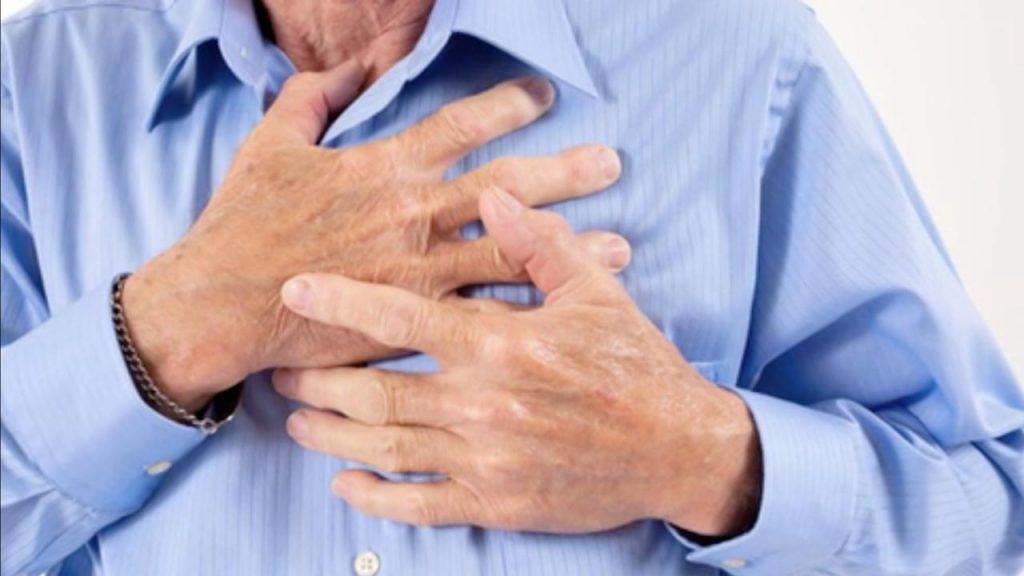 BestPractice_hjertestop. Mand_tager_sig_til_brystet_pga_hjertestop